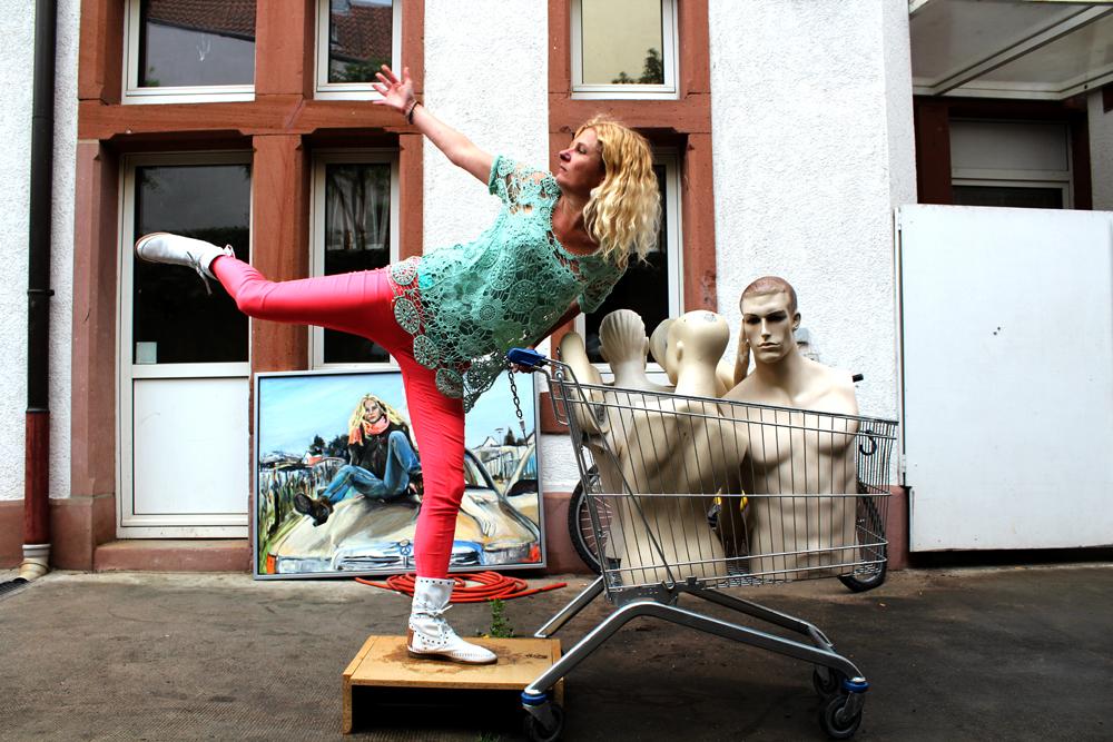Bye- Bye Bourgeoisie!, hofsession mit schaufensterpuppen; contemporary art, zeitgenössische Kunst, performance art, zeitgenössische Fotografie, zeitgenössische Künstler